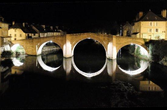 Espalion, ฝรั่งเศส: un mignon pont bien entouré