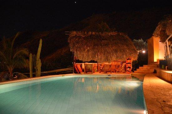 Casa Los Cerros: La piscina de noche