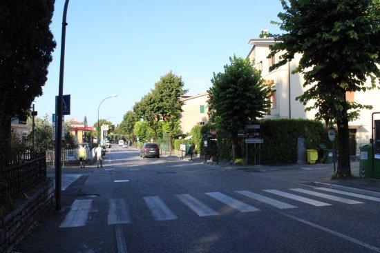 Hotel Palme & Suite: Rue devant l'hôtel conduisant au lac, port et centre touristique
