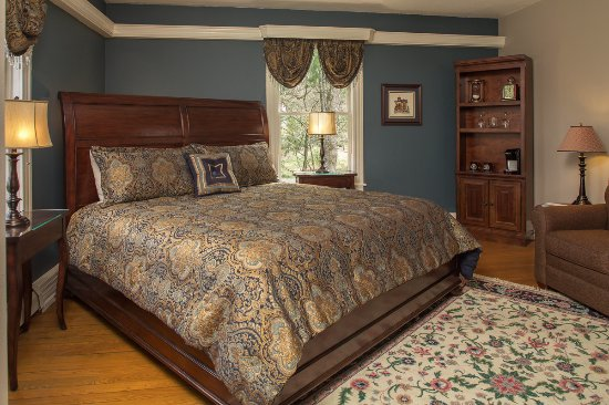 Waynesville, NC: The generous king size bed in the Blue Ridge room