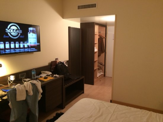 Hotel Oceania Brest Centre: The flat screen TV, workspace, and clothes closet and shelves.