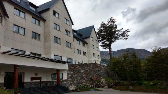 Las Hayas Ushuaia Resort: Hotel Las Hayas, vista parcial da fachada.