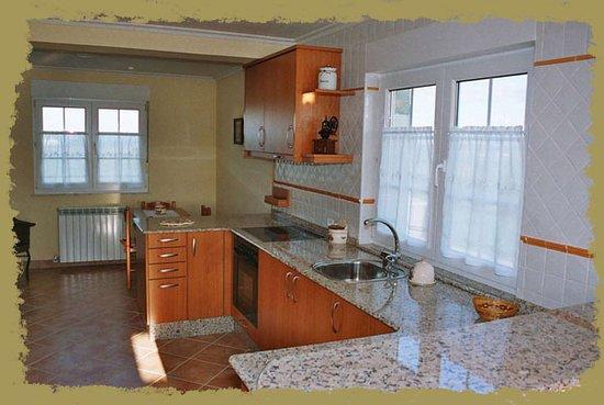 El Franco Municipality, Spain: Amplia cocina apartamento ABEDUL, totalmente equipada