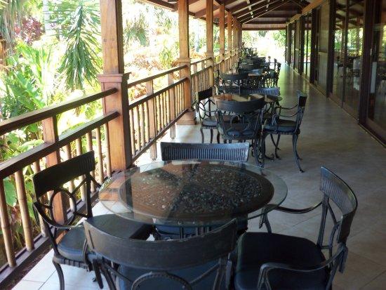 Raices Esturion Hotel: Mesas afuera del restaurante
