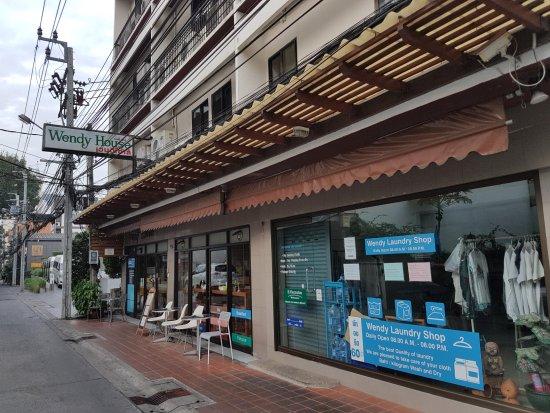 Wendy House: façade sur rue peu fréquentée