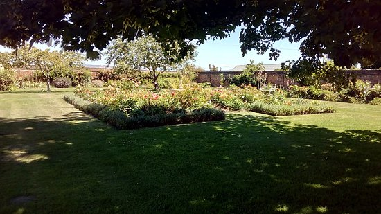 Evandale, Austrália: The peaceful walled garden at the back.