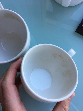Drogheda, Irlanda: Average hotel. Dirty cups. Broken temperature control. Not a 4*