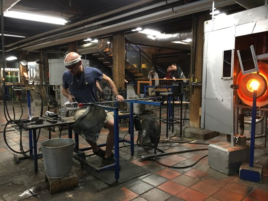 Quechee, Βερμόντ: Glassblowers below the restaurant and shop in VT.