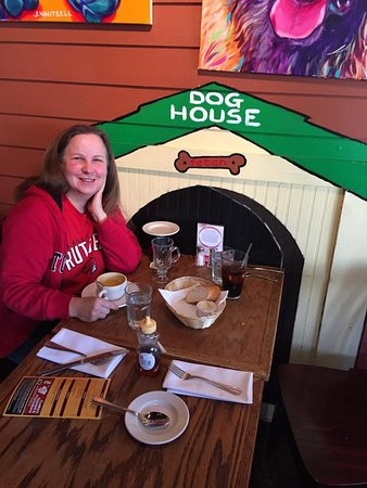 Warwick, NY: Jesse took this photo of Mom having lunch in the doghouse!
