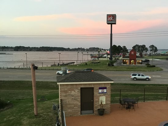 Montgomery, TX: View from upstairs end of building: NOT from any of the rooms. Lake Conroe across st.