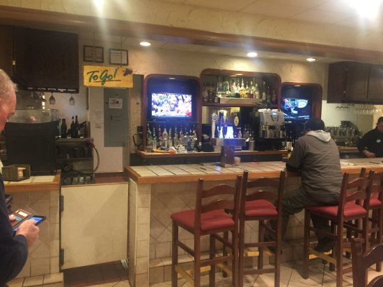 Cuyahoga Falls, Οχάιο: Placed a take out order one hour in advanced. Upon arrival no one at bar to retrieve order for a
