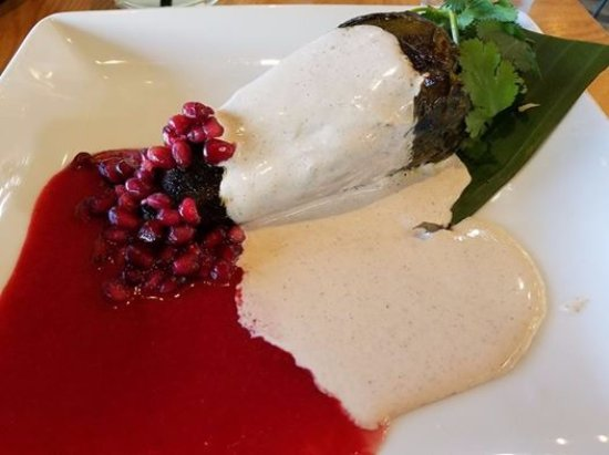 Carmichael, Kalifornien: Chile En Nogada- meat stuffed chile with walnut cream sauce and pomegranate.
