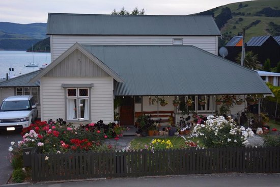 Akaroa Criterion Motel: The house across the road.