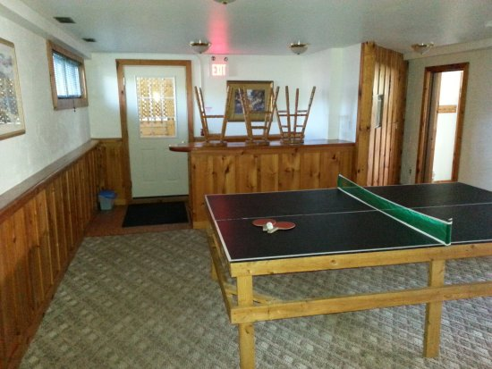 Tyrolean Village Resort at Blue Mountain: Lower level game room and bar