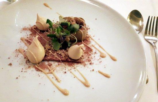 Restaurant Laloux : Maple smoked ceps crème brûlée, nut shortbread, apple confit with cardamom, foam of Dulcey blond