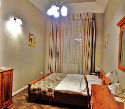 Palac U Kocku: Chambre. Baie vitrée avec vue. (double lits) grand lit.