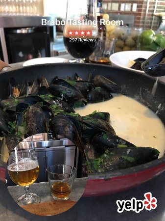 Brabo Tasting Room: Mussels and margherita tart during happy hour