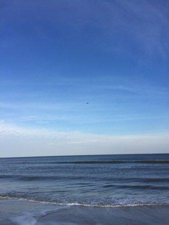 Wyndham Virginia Beach Oceanfront: VA Beach - no waves and Feb 2017...wow!!