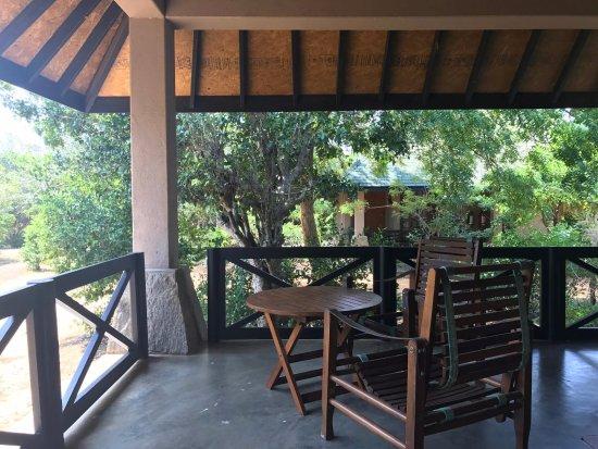 Cinnamon Wild Yala : Jungle Chalet veranda