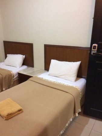 Best Stay Hotel Pangkor Island: Hobbit size single beds in small room.
