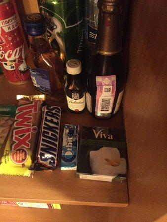Hotel Natalie: Презервативы в номере, вместо завтрака ланч-бокс и слишком уж низко расположенно бра к кровати (