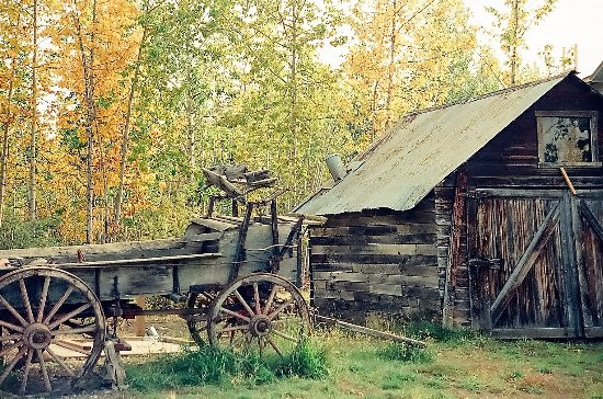 Parque Nacional y Reserva Wrangell-St Elias, AK: Old Wagon and barn in McCarthy