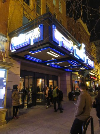 Landmark's E Street Cinema: Entrance to E Street Cinema at Night