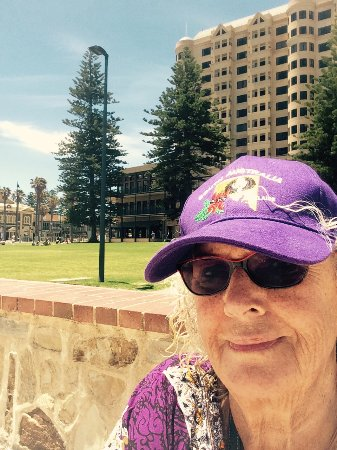 Glenelg, Australia: Remember sun rules! Sitting on the esplanade at the end of tram ride