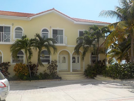 Bodden Town, Grand Cayman: Turtle Nest Inn Condos entrance from parking lot