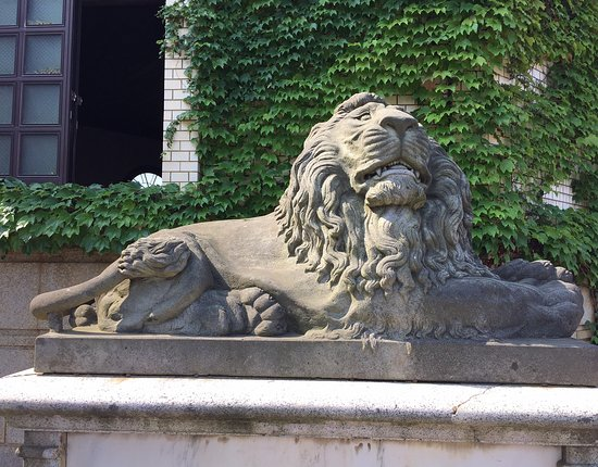 上越市, 新潟県, 玄関前のライオン像