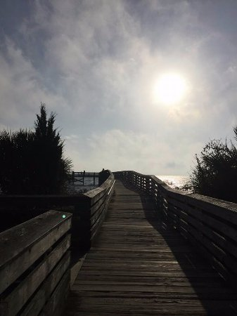 Fort Island Gulf Beach: Perfect to spend the day swimming and walk the path to the pier for sunset BEAUTIFUL!