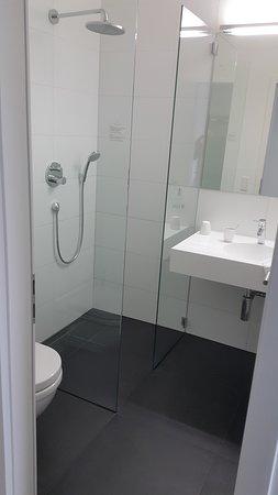 Dossenheim, Germany: Bom banheiro