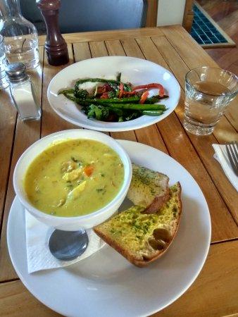 Te Kuiti, Nueva Zelanda: seafood chowder, asparagus salad
