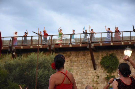 Monteriggioni, Italia: danseuses de sevillane sur les murs du chateau
