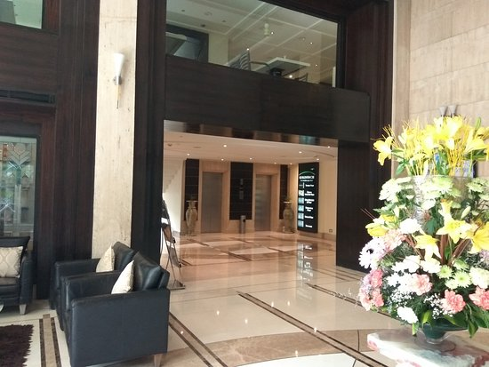 Goldfinch Hotel Bangalore: Reception to Elevator
