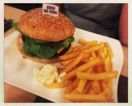 Ottobrunn, Germany: Burger & Pommes - sehr lecker und saftig