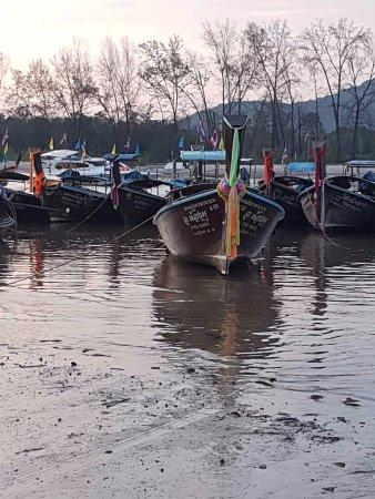 Noppharathara Beach : Longtail boats