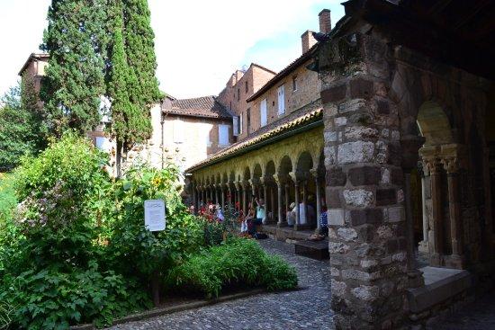 Cloitre de la Collegiale Saint Salvy: la vue du cloitre à l'entrée