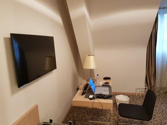 modernes zimmer mit grossem badezimmer bild von hotel savoy bern bern tripadvisor. Black Bedroom Furniture Sets. Home Design Ideas
