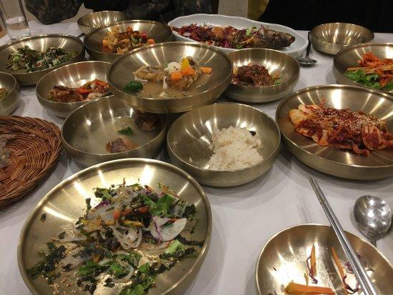 Suncheon, Corée du Sud : 놋그릇에 다양하게 잘 나오네요! 맛있구요.