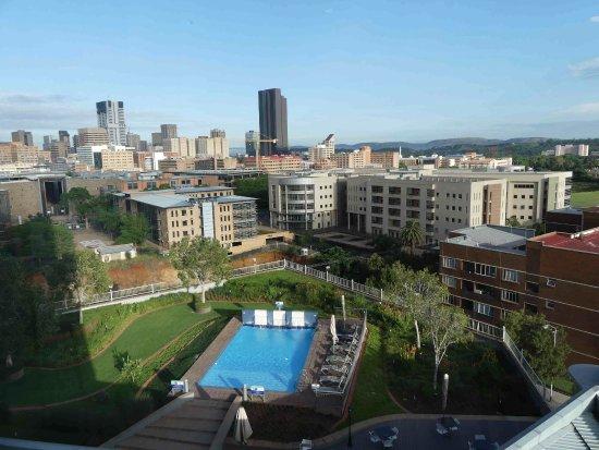 Holiday Inn Express Pretoria-Sunnypark: Vue de la chambre sur la piscine