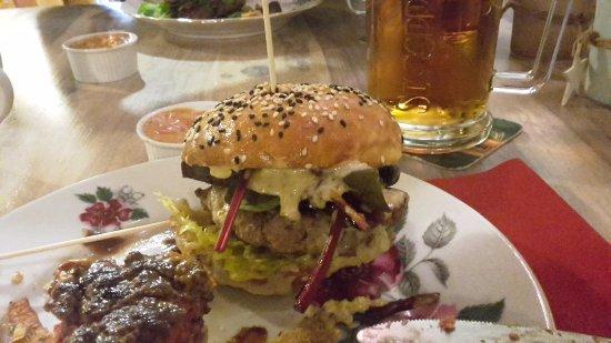 Trencin, Slovakia: teľací burger