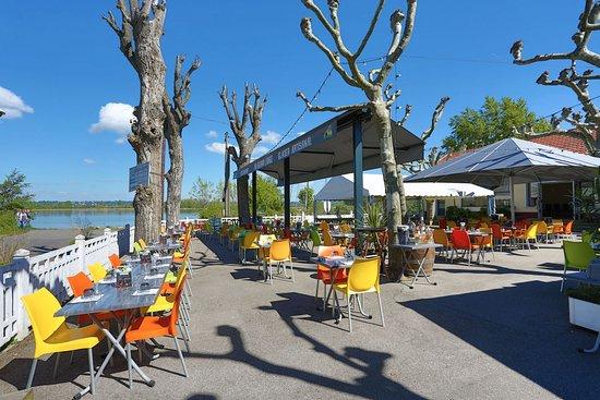 Decines-Charpieu, Francia: terrasse au bord de l'eau