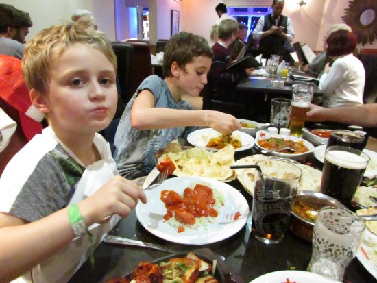 Glossop, UK: Family curry night, in Queens Spice