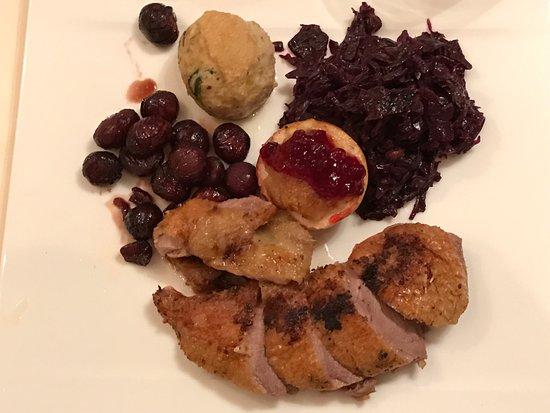 Dattler Schlossbergrestaurant: Kross gebratene Barbarie - Ente mit Entenjus