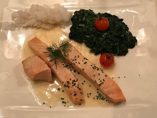 Dattler Schlossbergrestaurant: Pochiertes Lachsmedaillon in Rieslingsahne mit Blattspinat und Basmatireis