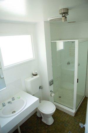 Colonial Lodge Motor Inn: Superior Bathroom