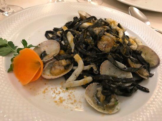 Il Giamaranto: Tagliolini neri con vongole, calamari e bottarga