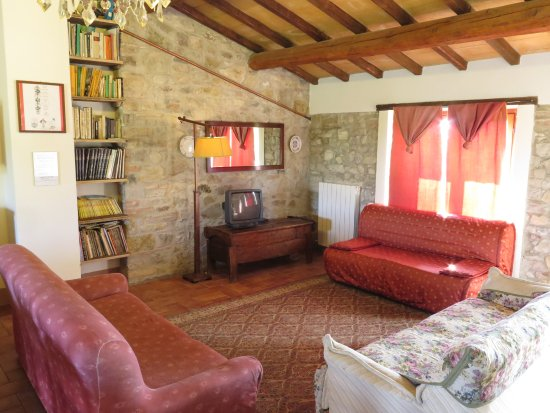 San Venanzo, Italien: Lay back, and have a chat with your family in our cozy, rustic living rooms.