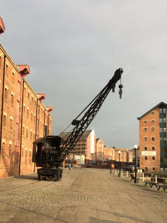 Gloucester and Sharpness Canal : Old steam crane outside National Waterways Museum